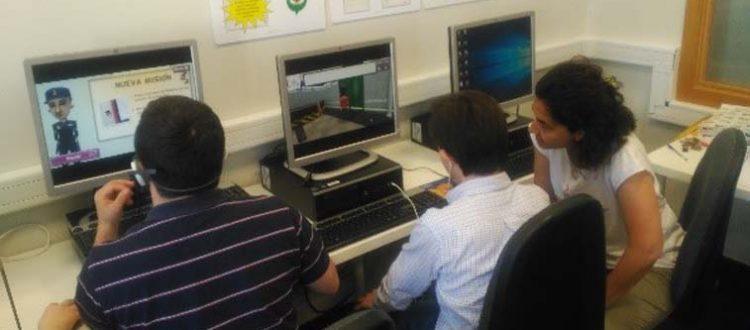 Dos jóvenes con discapacidad intelectual probando el video juego Down Town en Down Madrid