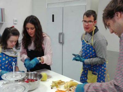 Actividad de voluntariado en Down Madrid apoyando un taller de cocina