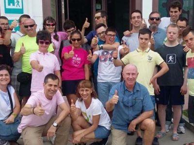 Grupo de voluntarios con jóvenes con discapacidad intelectual de Down Madrid en el camino de Santiago