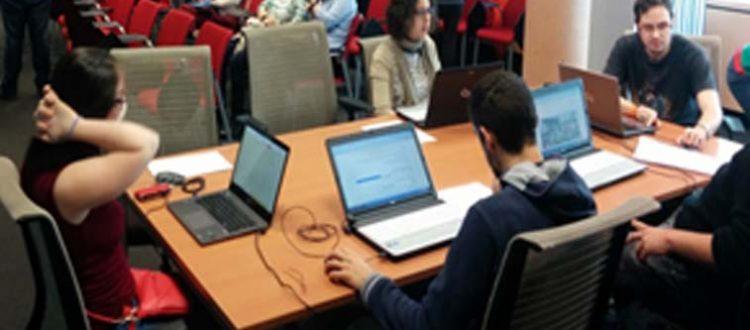 Jóvenes con discapacidad en un aula de FOCUS de Down Madrid