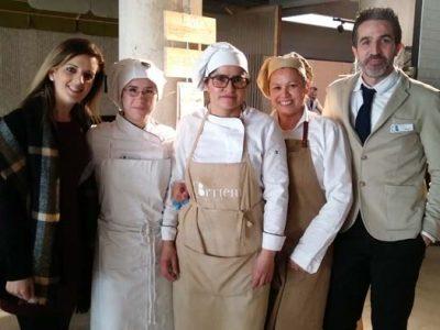 Compañeros de restaurante de una persona con discapacidad integrada por Down Madrid