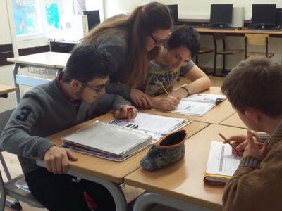Grupo de alumnos de educación inclusiva en el Grado Medio de Gestión administrativa de Down Madrid