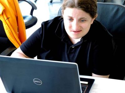 joven con discapacidad de Down Madrid en entorno informático