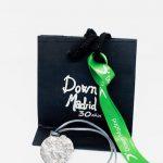 Embalaje y colgante de plata conmemorativo de Down Madrid